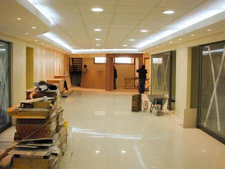 Vista hall de acceso a las oficinas de gerencia y salas de reuniones: Estudios y biblioteca de estilo  por Piscinas Espectaculares
