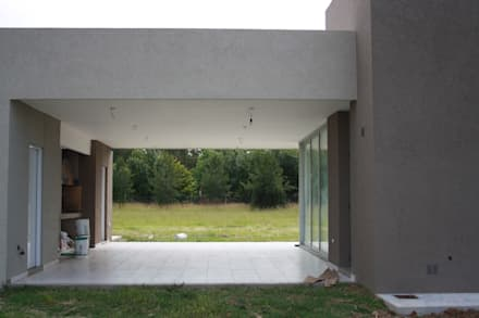 Semicubierto de usos varios - área de parrilla : Garajes de estilo moderno por Arquitectura Bur Zurita