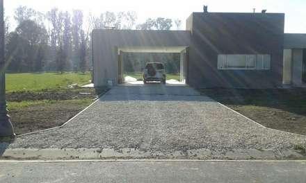 Acceso vehicular : Garajes de estilo moderno por Arquitectura Bur Zurita