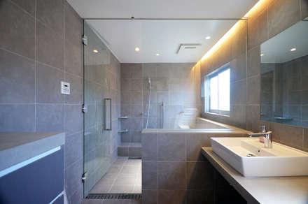 南本町の家リノベーション: 大塚高史建築設計事務所が手掛けた浴室です。