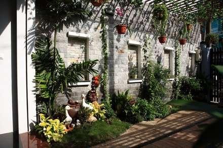 Sân thượng được gia chủ chăm chút với nhiều loại cây trang trí.:  Hiên, sân thượng by Công ty TNHH Xây Dựng TM DV Song Phát
