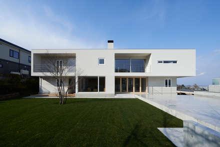 Casas unifamilares de estilo  de アトリエモノゴト 一級建築士事務所