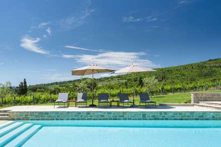 Piscinas desbordantes de estilo  por MAURRI + PALAI architetti