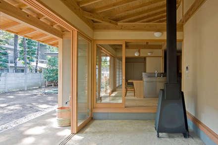 暮らしを楽しむ家: 小町建築設計事務所が手掛けた廊下 & 玄関です。