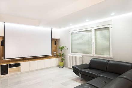Reforma integral de vivienda en el centro de Albacete: Salas multimedia de estilo moderno de Diaz Romero