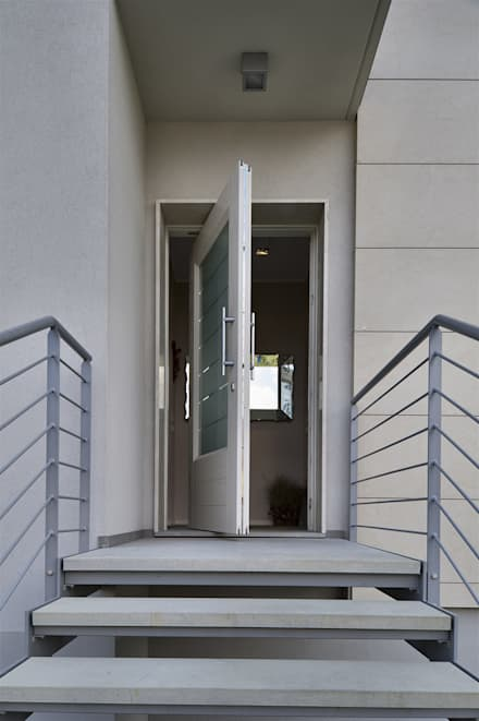 Residenza privata: Porte in legno in stile  di PM serramenti