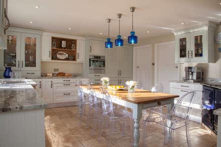 Cocinas equipadas de estilo  por Tailored Interiors & Architecture Ltd