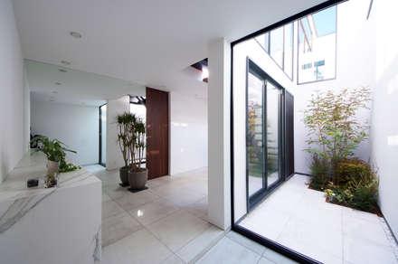 明るい玄関ホール: TERAJIMA ARCHITECTSが手掛けた廊下 & 玄関です。