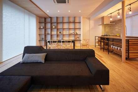 コンセプトハウス ― 瓦の家 ―: 一級建築士事務所 株式会社KADeLが手掛けたリビングです。