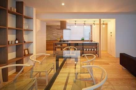 コンセプトハウス ― 瓦の家 ―: 一級建築士事務所 株式会社KADeLが手掛けたダイニングです。