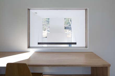 鎌倉 長谷の家: 松岡淳建築設計事務所が手掛けた書斎です。