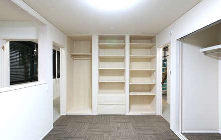 主寝室 収納: 吉田設計+アトリエアジュールが手掛けた寝室です。
