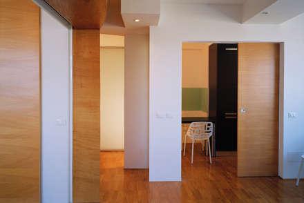Twin flats: Studio in stile in stile Minimalista di officinaleonardo