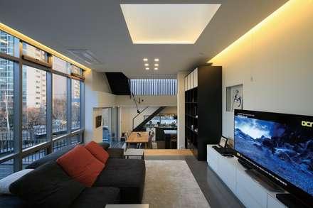 3층세대 Living & Dining: kimapartners co., ltd.의  거실
