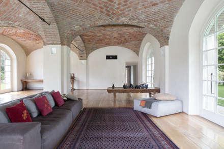 Wine Estate - Photoshoot: Soggiorno in stile in stile Rustico di Riccardo Gasperoni Fotografo