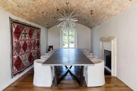 Wine Estate - Photoshoot: Sala da pranzo in stile in stile Rustico di Riccardo Gasperoni Fotografo
