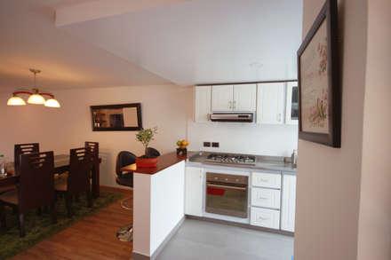 Casa Gallego Urrego: Cocinas integrales de estilo  por AMR estudio