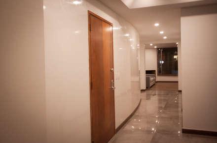 Apartamento Angarita Yañiez: Pasillos y vestíbulos de estilo  por AMR estudio