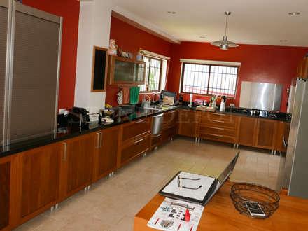 Absolute Black Granite Kitchen Countertop in Sunny Hills, Talamban: classic Kitchen by Stone Depot