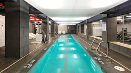 The Windermere   Swimming Pool: Piscina a sfioro in stile  di GD Arredamenti