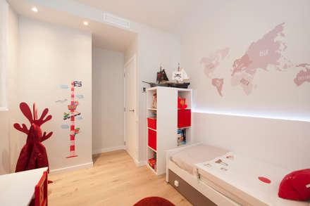 Dormitorio infantil | Reforma de piso en Poblenou (Barcelona): Habitaciones de niños de estilo  de Sincro