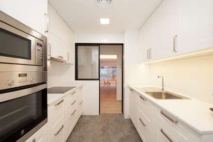 Cocinacon puerta corredera abierta | Reforma de piso Maragall: Puertas correderas de estilo  de Sincro