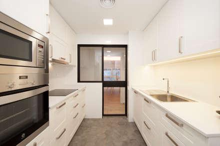Cocina con puerta corredera de cristal y hierro | Reforma de piso Maragall: Puertas correderas de estilo  de Sincro