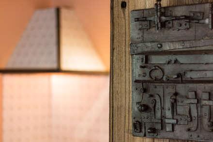 Cascina I Ronchi: Porte in legno in stile  di Andrea Chiesa è Progetto Immagine