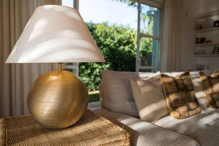 detalhe de sala de estar: Salas de estar campestres por Zenaida Lima Fotografia