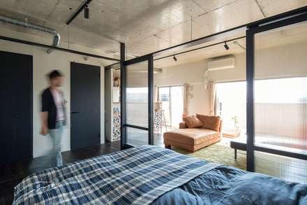 着替える家: 山本嘉寛建蓄設計事務所 YYAAが手掛けた寝室です。