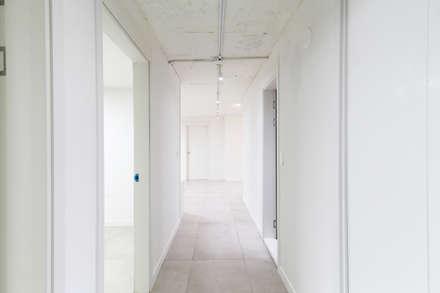 압구정 현대 아파트 인테리어 리모델링(52py): 바나나웍스의  복도 & 현관