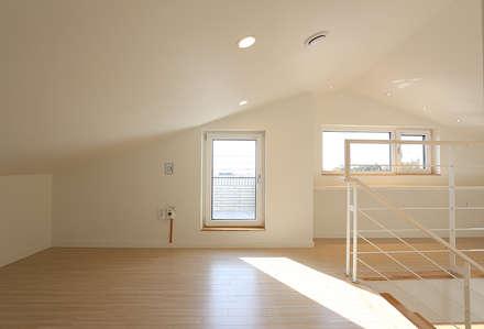 진원면 단독주택: 인우건축사사무소의  방