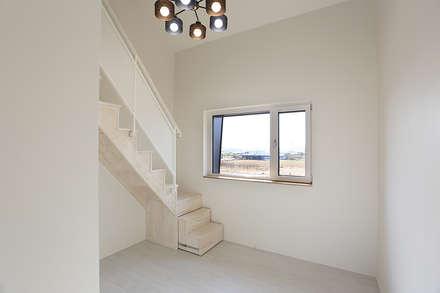 진원면 단독주택: 인우건축사사무소의  계단