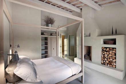 LA SEGRETA, ein exklusives Farmhaus, Umbria: landhausstil Schlafzimmer von Mosaic del Sur