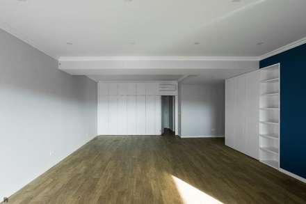 Depois - Sala: Salas de estar modernas por Sérgio Coimbra Martins, Unipessoal, Lda
