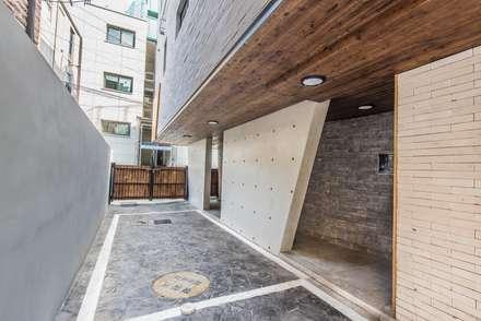 modern Garage/shed by 집으로