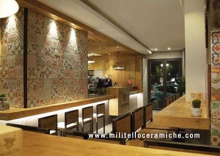 Panoramica del ristorante: Pavimento in stile  di  Ceramiche Militello