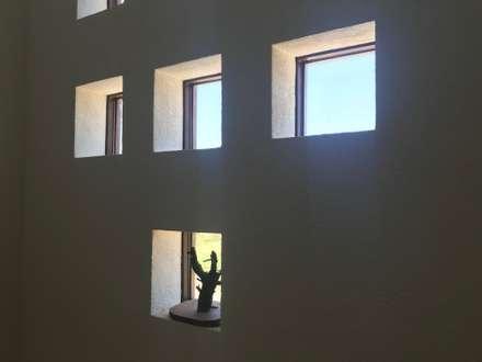 Casa Bravo: Ventanas de estilo  por AtelierStudio