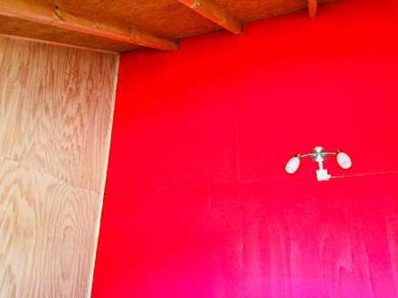 AMPLIACIÓN VIVIENDA UNIFAMILIAR - ACHAO, CHILOE: Dormitorios de estilo rural por GerSS Arquitectos