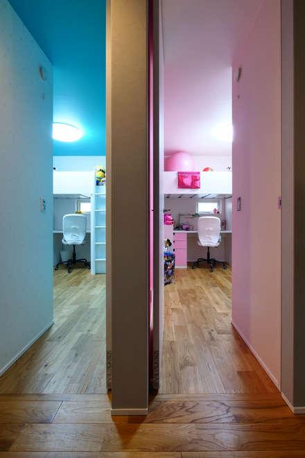 Dormitorios juveniles  de estilo  por タイコーアーキテクト