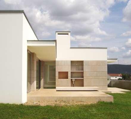 Casa na Cruz de Oliveira: Jardins modernos por pedro fonseca jorge, arquitetura + design