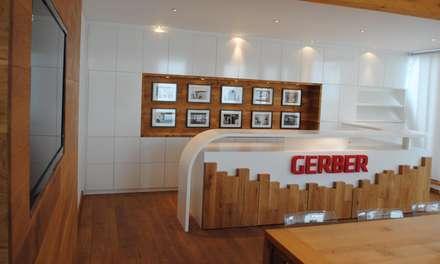 Einbauschrank, Bildergalerie, Theke und TV-Wand, Tisch und Parkett im Meetingraum  :  Bürogebäude von GERBER Ingenieure GmbH