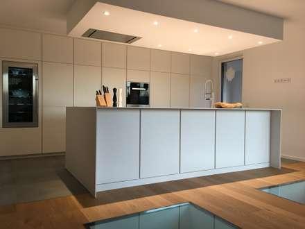 Küche weißlack matt mit eingefrästen Griffleisten und FENIX Arpa Arbeitsplatte  :  Einbauküche von GERBER Ingenieure GmbH