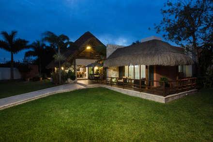 Fachada posterior: Casas unifamiliares de estilo  por Heftye Arquitectura