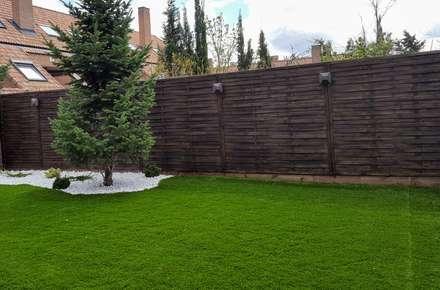 Césped artificial, grava blanca y vallado de madera: Jardines de estilo moderno de paisajistas y jardineros