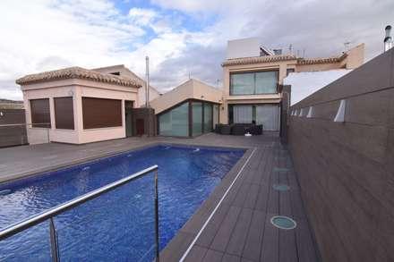 piscina: Piscinas de jardín de estilo  de Obras y Proyectos Zen SL
