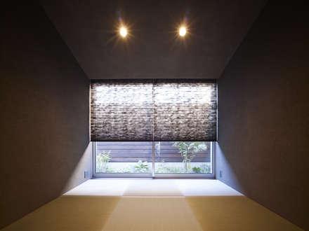 AO 深い庇のついた屋根の家: 山縣洋建築設計事務所が手掛けた和室です。