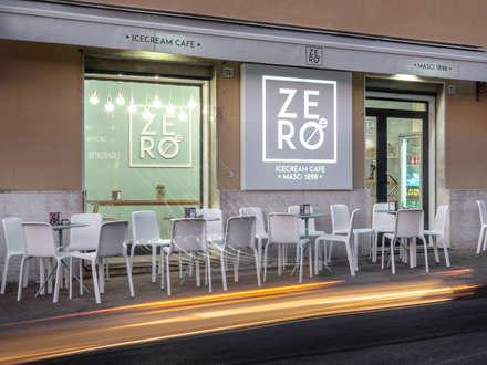 ZERO-E ice cream café: Bar & Club in stile  di NINE associati