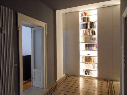 casa GK: Ingresso & Corridoio in stile  di gk architetti  (Carlo Andrea Gorelli+Keiko Kondo)