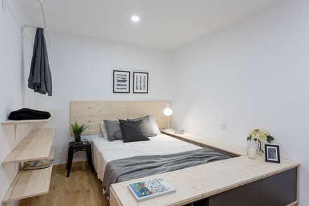 Moderno y acogedor - Interiorismo y Home Staging en Barcelona: Dormitorios de estilo escandinavo de Dekohuset
